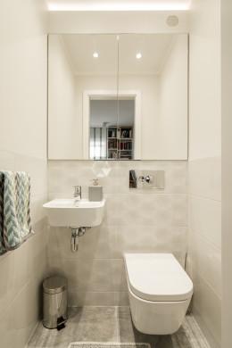 Biało szara toaleta