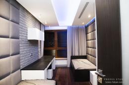 Małe mieszkanie beton-biel-drewno