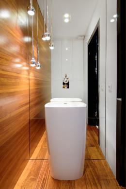Toaleta w drewnie egzotycznym