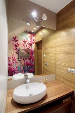 Toaleta z lawendą w tle
