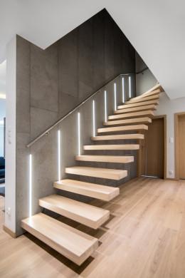 Klatka schodowa połączenie betonu i drewna