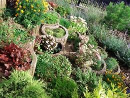 Niewielki ogród na dużej skarpie