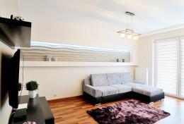 Salon z dekoracyjną wnęką
