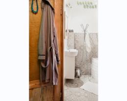 Malutka łazienka w przedwojennej kamienicy.