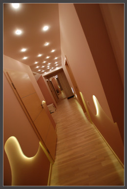 Długi korytarz w mieszkaniu na Morenie