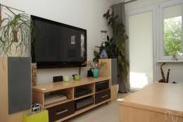Salon z turkusową sofą