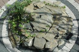 Mini fontanna ogrodowa z niezależnym zasilaniem