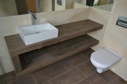 Łazienka w płytkach drewnopodobnych