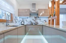 Kominek i blat w kuchni wykonane z kamienia naturalnego