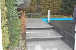 Kamień naturalny użyty w wykończeniu basenu