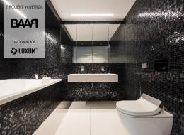 Świetlista mozaika i białe wyposażenie łazienki.