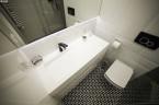 Prostokątna umywalka z odpływem liniowym od Luxum.