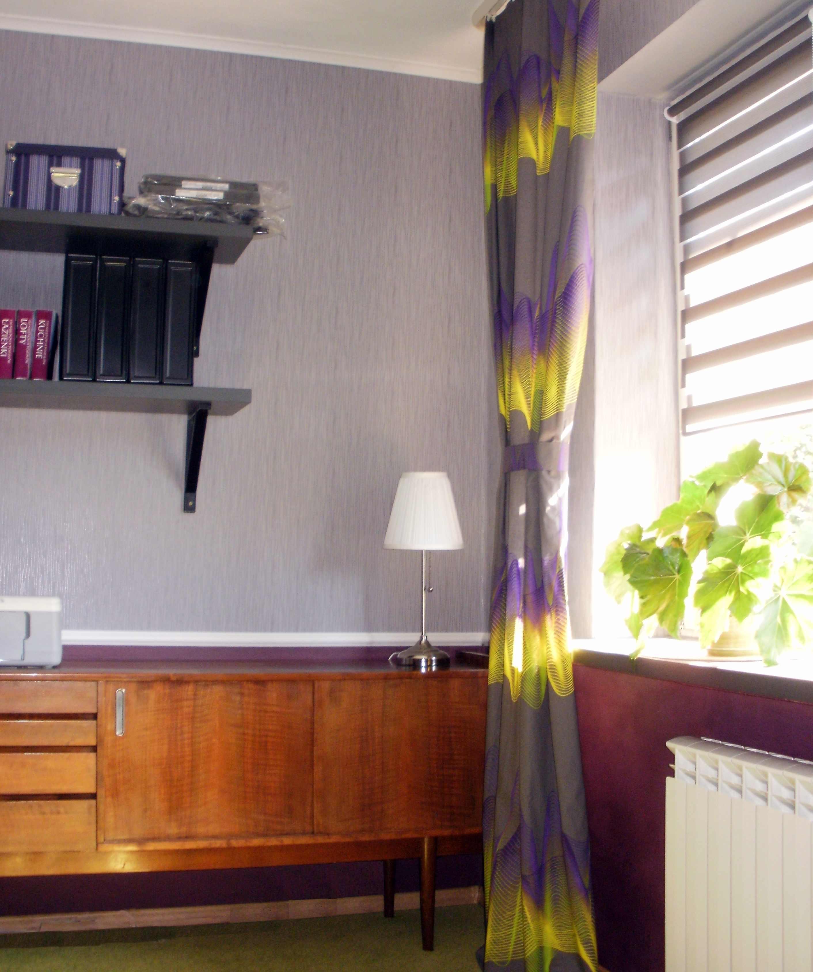 drewniana szafka retro-solidny mebel na tle przytulnych kolorów