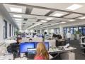 W każdej chwili w takim biurze można zniwelować poziom hałasu. Wszystko zależy od wykończenia sufitów, ścian oraz umeblowania.