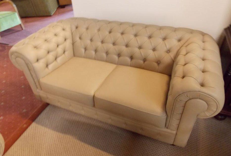 Sofa dwuosobowa w kolorze beżu